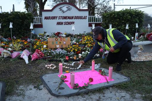 銃乱射事件の米フロリダ高校、生徒が自殺か 1週間で2人目