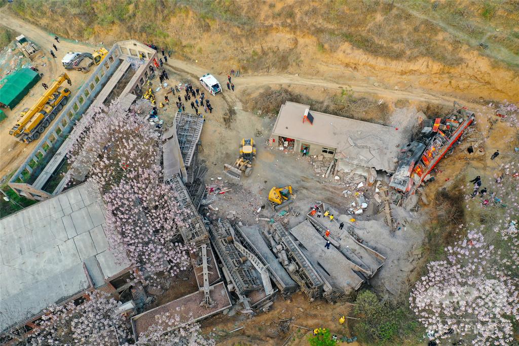 貨物列車が脱線転覆し民家に突っ込む、6人死亡 中国