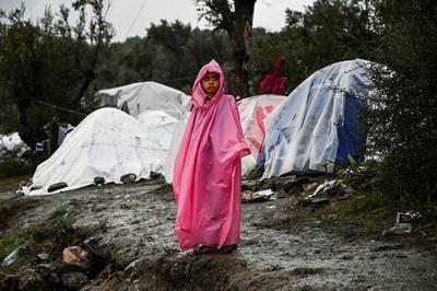寒さと雨に凍える難民 スラム街と化したキャンプ ギリシャ