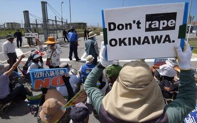 「沖縄をレイプするな」名護市のキャンプ・シュワブ前でデモ