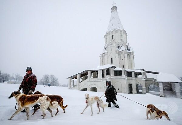 モスクワで観測史上最大の大雪、1人死亡 1日で43センチ