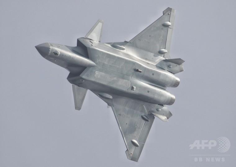 中国のステルス戦闘機「殲20」初公開、空軍アクロバットチームが展示飛行