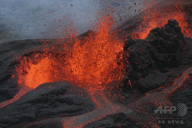 仏海外領フルネーズ火山が噴火、噴き出す溶岩