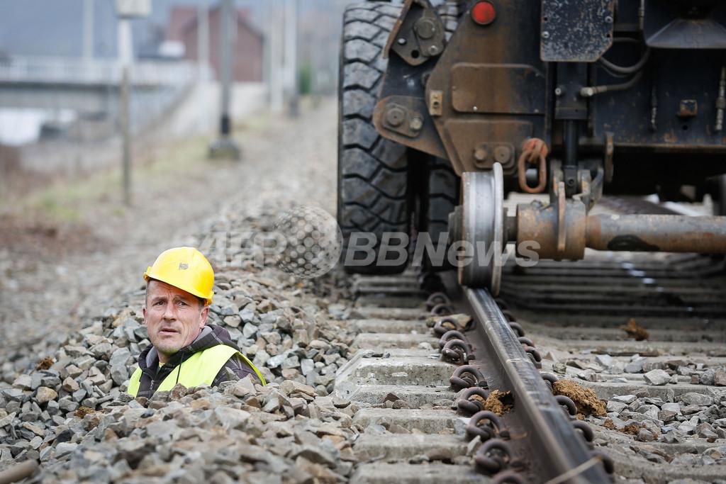 線路の横に埋まる男性!? ベルギー