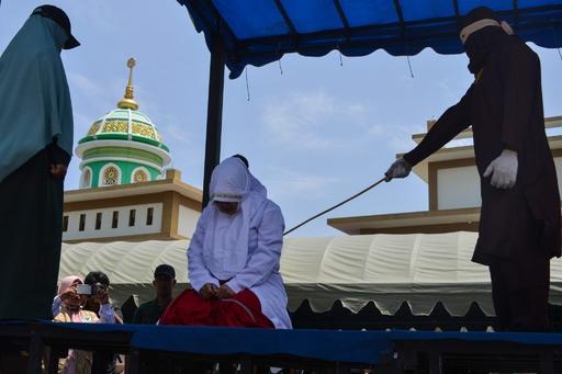 インドネシアでまた公開むち打ち刑、子ども含む大勢が「見物」