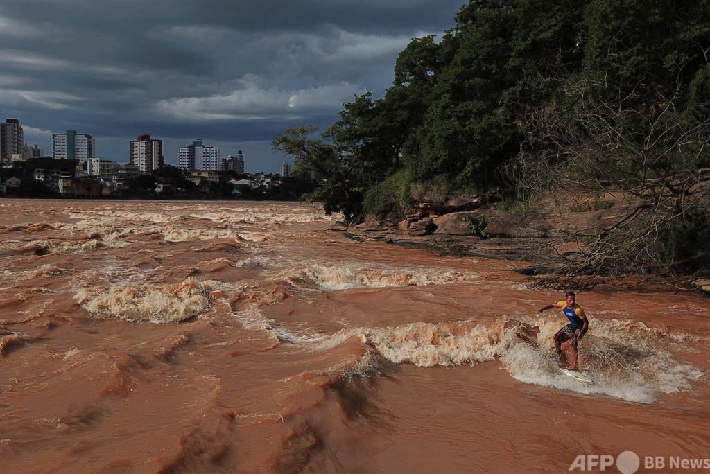 濁流で「波乗り」! 川でサーフィン ブラジル