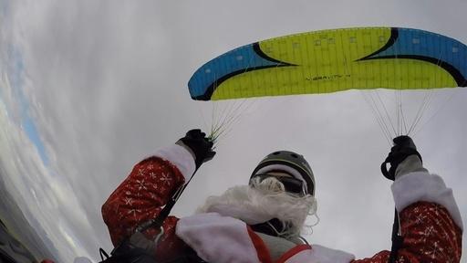 動画:パラグライダーで降りてきたサンタクロース、子どもたちは大喜び