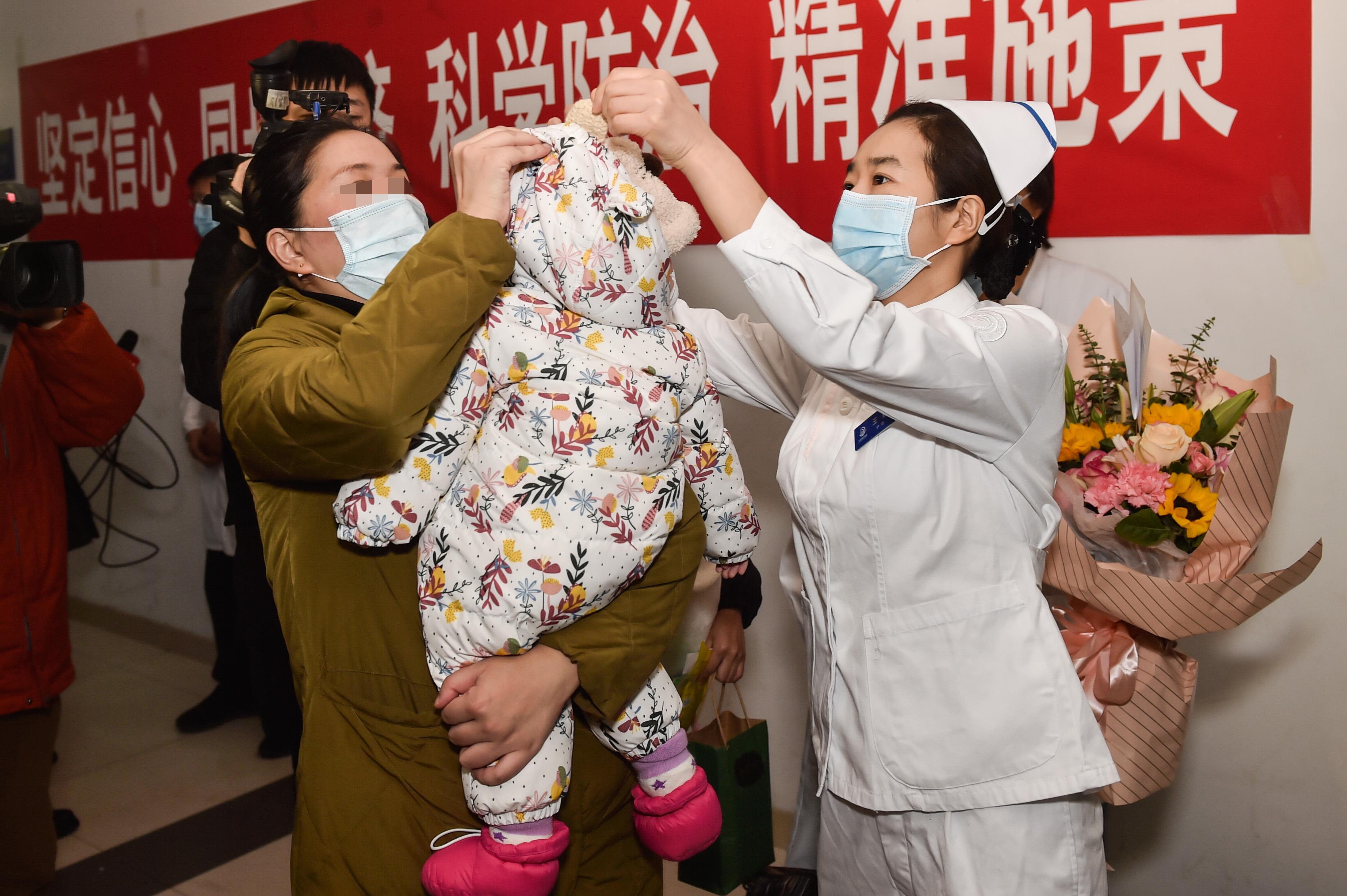 新型肺炎に感染した生後9カ月の女児が退院 北京市