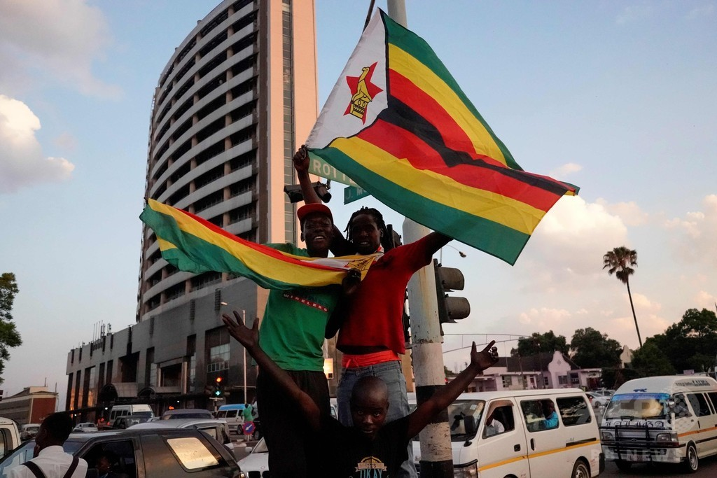 ムガベ氏37年間の「独裁」に幕 喜びに酔いしれるジンバブエ国民