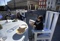 気分は小人、モスクワに巨大食卓出現