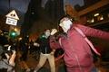 香港屋台取り締まりで大規模衝突、警官隊が「威嚇発砲」