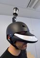 見た目はちょんまげ風、360度見渡せるヘルメット型装置 フランス