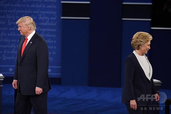 窮地のトランプ氏、ビル氏の方が「たちが悪い」 第2回討論会