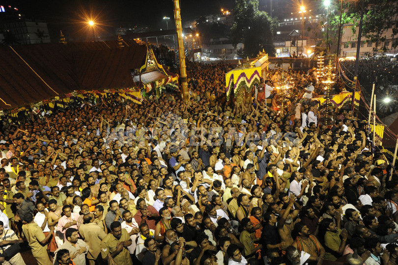 インドの寺院で将棋倒し、102人死亡
