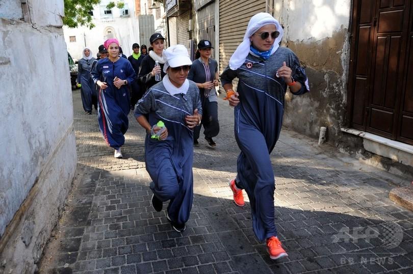 サウジアラビアの女性、スポーティーなアバヤで改革を