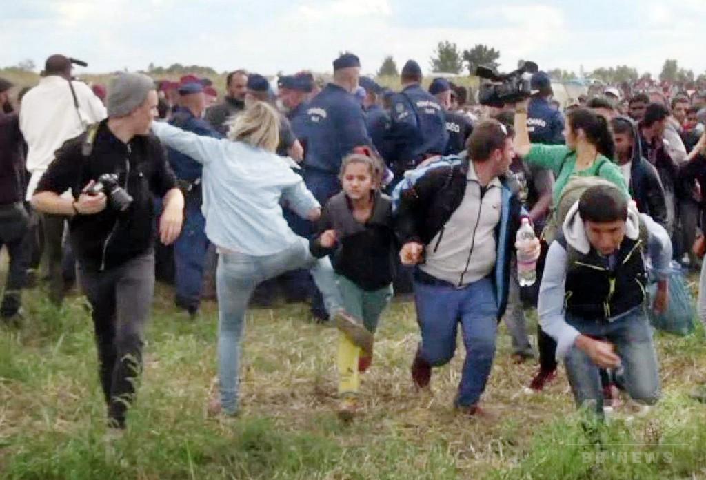 逃げる移民を蹴った女性カメラマン、世界で怒りの声