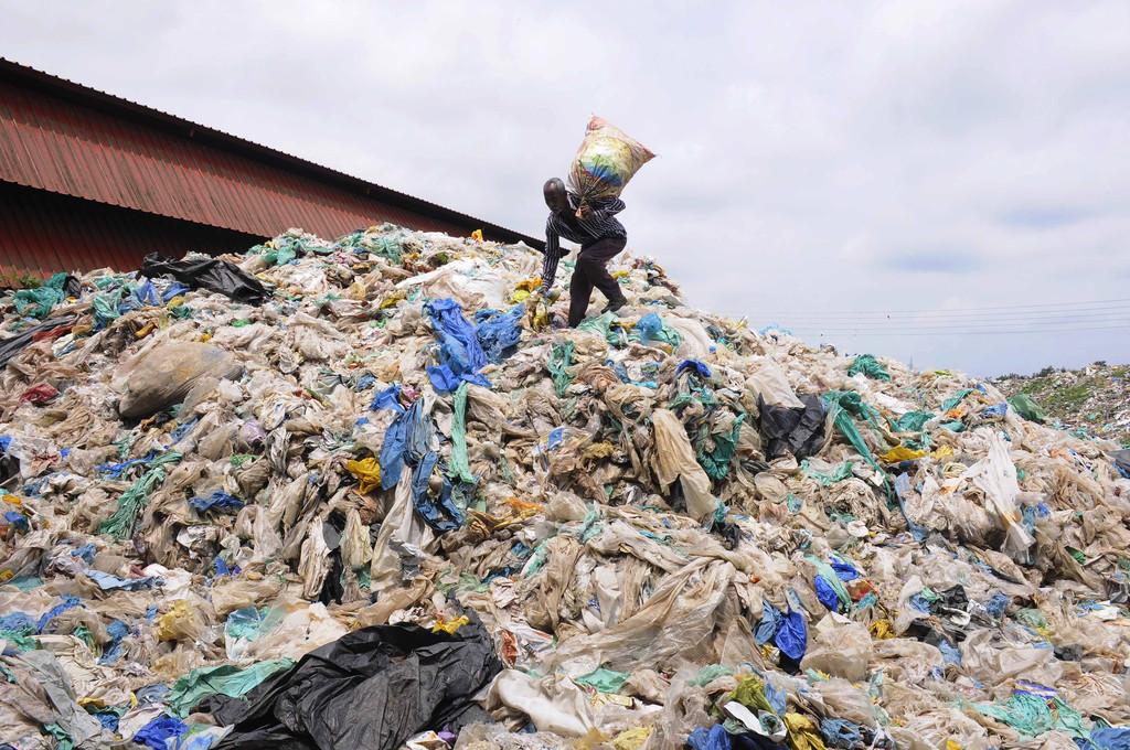 世界のプラごみ急増、2050年には120億トン超に 再利用9%のみ