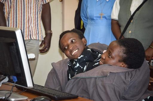 体がつながったタンザニアの姉妹、大学生に 「皆に同じ権利」