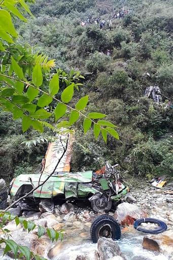 インドでバスが谷に転落、44人死亡 屋根の上にも多数の乗客