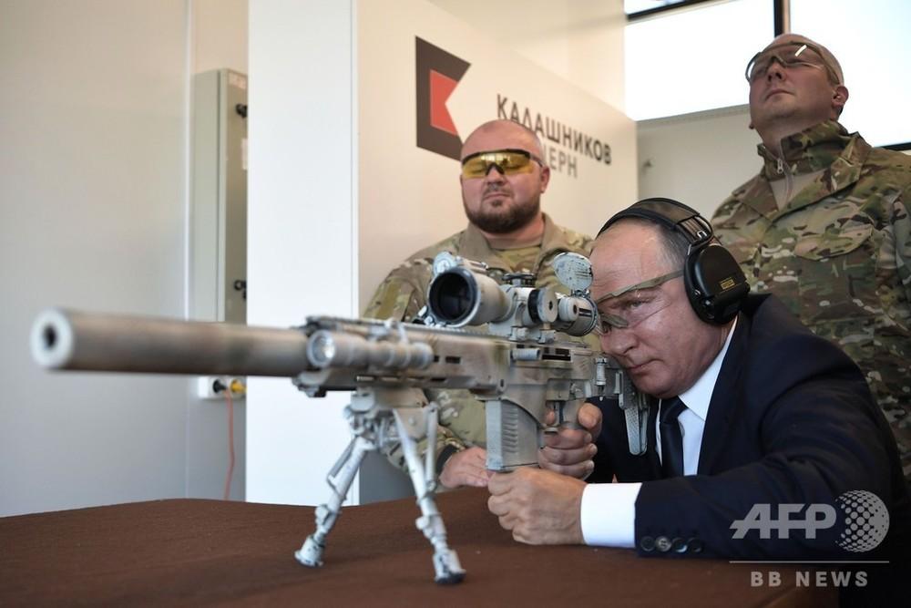 プーチン大統領、本職さながら?の狙撃技術披露