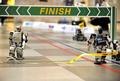 二足歩行ロボのフルマラソン、「1秒差」の激戦制して王者決定!