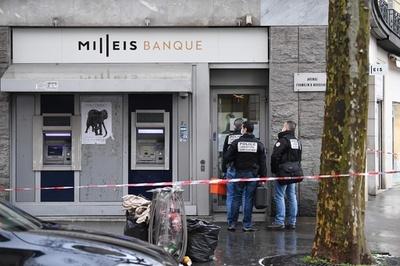 パリ中心部で銀行強盗 「閉店」札で犯行隠す 警察が捜索