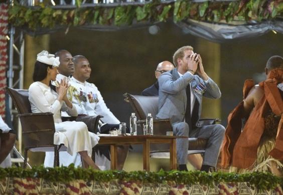 ヘンリー王子夫妻、フィジーを訪問 伝統飲料「カバ」に王子が挑戦