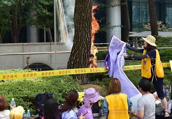 韓国の日本大使館前で男性が焼身自殺図る、慰安婦問題の集会で