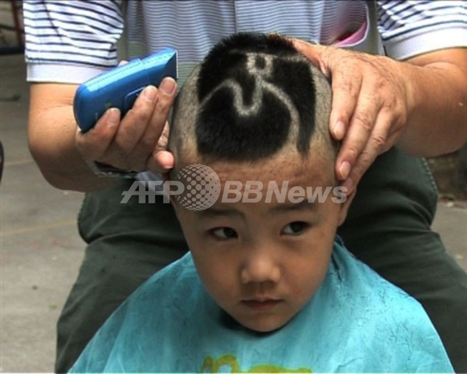 【動画】北京市民、五輪フィーバーで髪型を「五輪カット」に