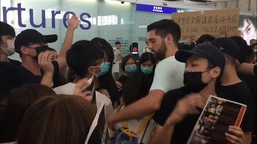 動画:香港空港で混乱続く 記者に暴行、警察は催涙スプレー使用