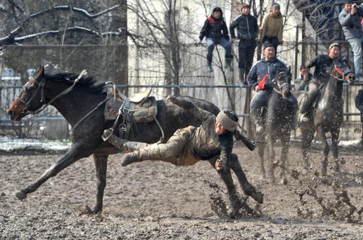 詰め物入りのヒツジの皮で競う騎馬競技「ブズカシ」、キルギス