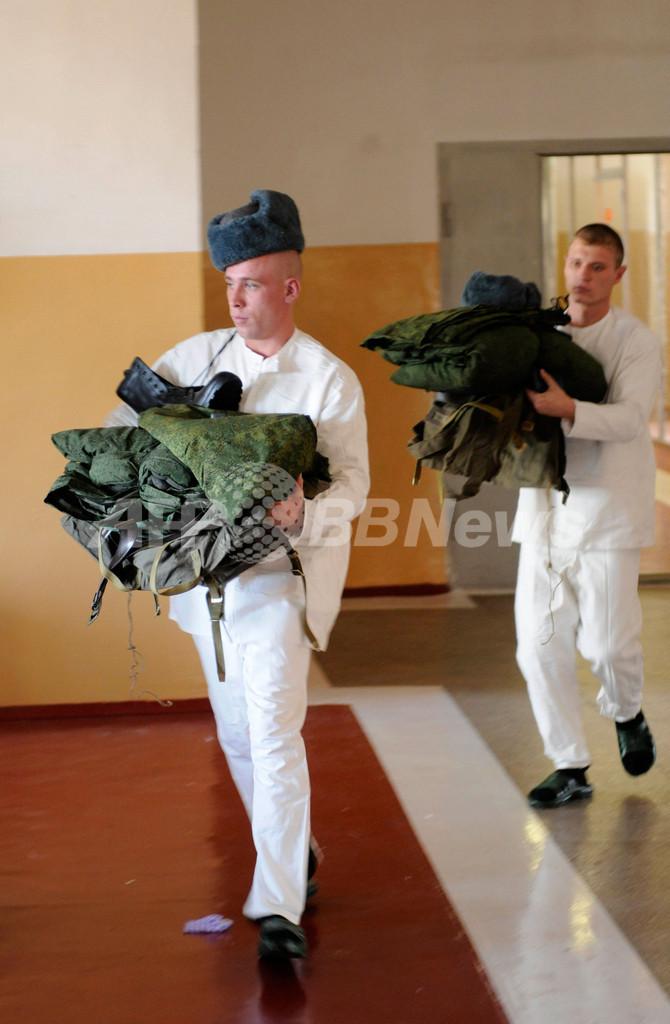 トップデザイナーの軍服は寒すぎ?寝込む軍人が相次ぐ ロシア