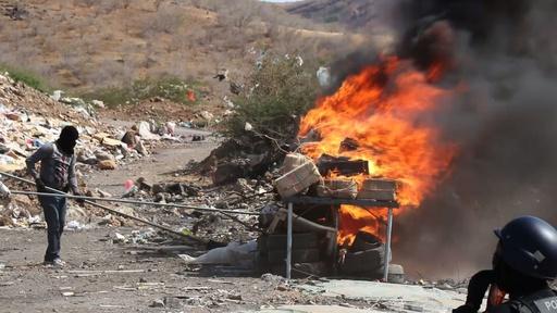 動画:船からコカイン約10トン、焼却処分される カボベルデ