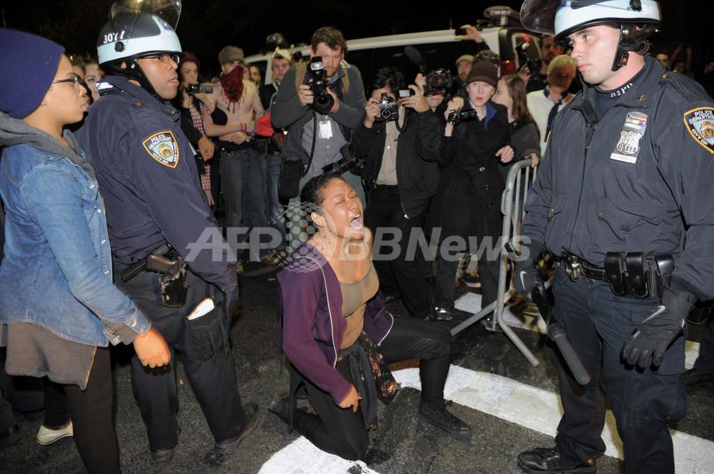 「反ウォール街デモ」発祥の地、警官隊がテント撤去 NY