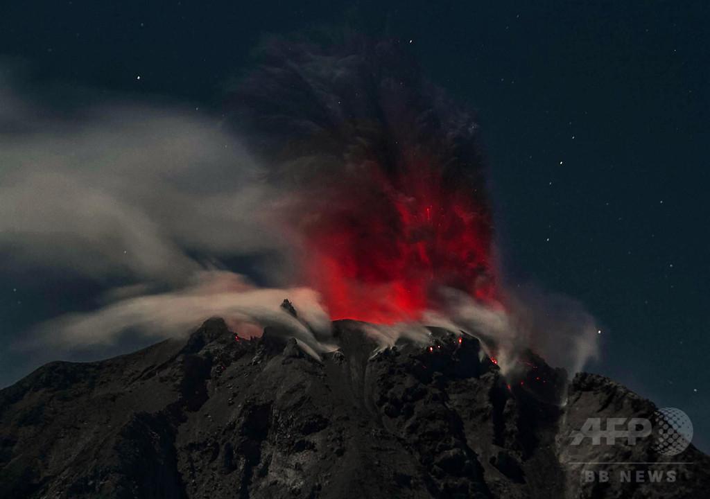インドネシアのシナブン山で新たな噴火、地元住民は不安定な生活