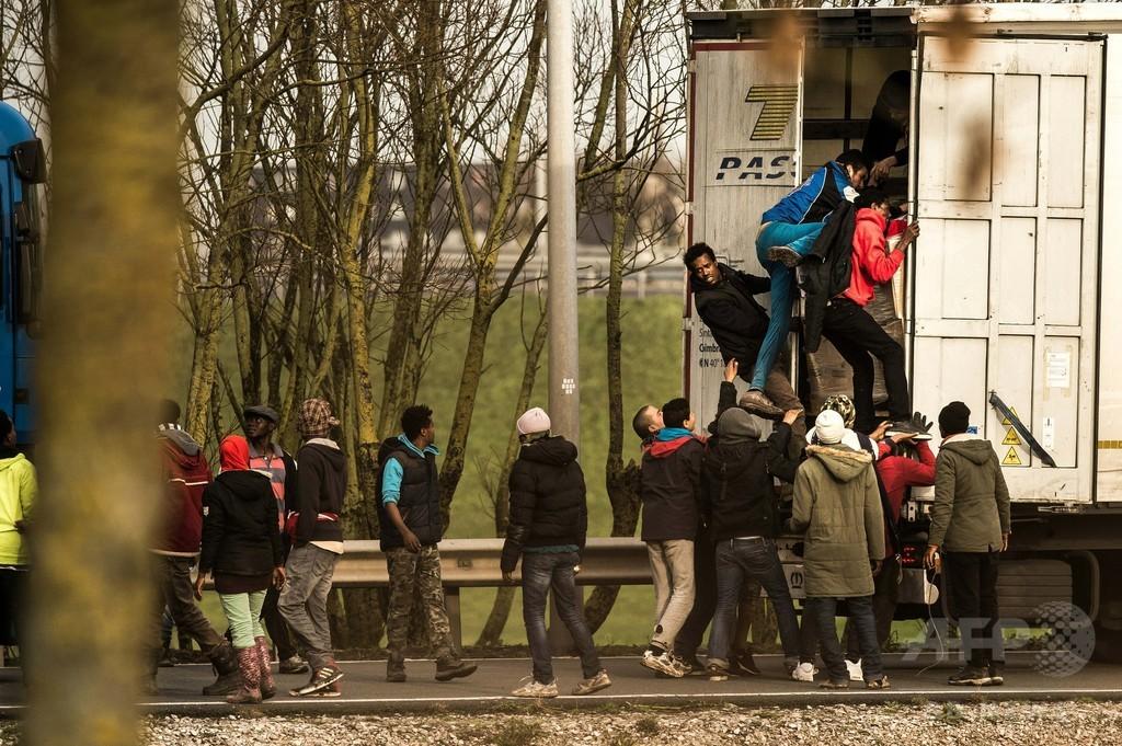 英仏海峡トンネルに移民1000人殺到、警察が催涙ガス使用