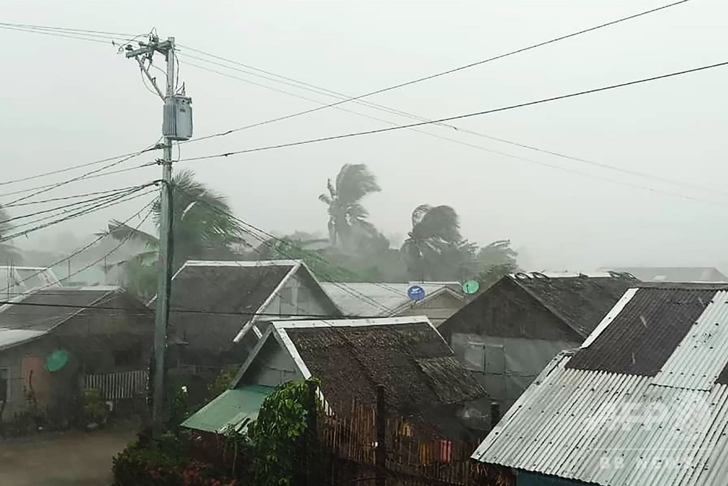 台風28号、フィリピンに上陸 マニラの空港閉鎖