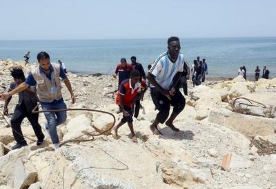 リビア沖で移民ボート転覆、赤ん坊3人死亡 100人不明
