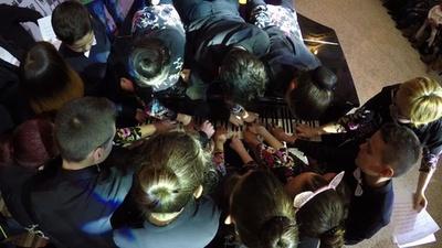 動画:20人でピアノ連弾に成功、世界新記録 ボスニア分裂に平和メッセージ