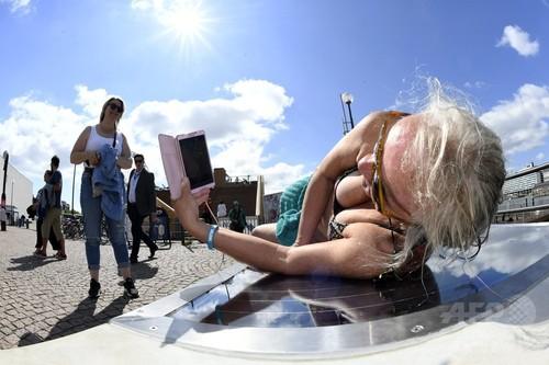 太陽光パネルベンチ登場、携帯のバッテリー残量気にせず日光浴可能に