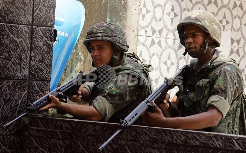 同性愛を公言の軍兵士、テレビ出演中に逮捕 ブラジル