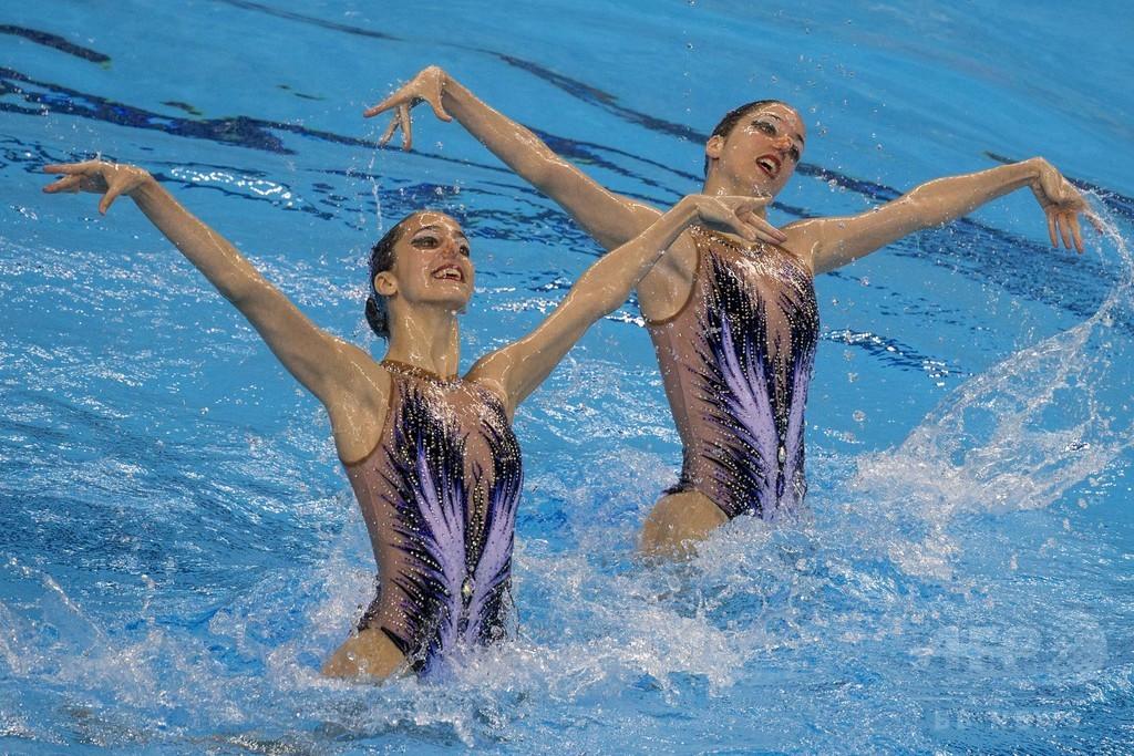 三つ子の2姉妹、シンクロ銀メダルを重体のチームメートにささげる