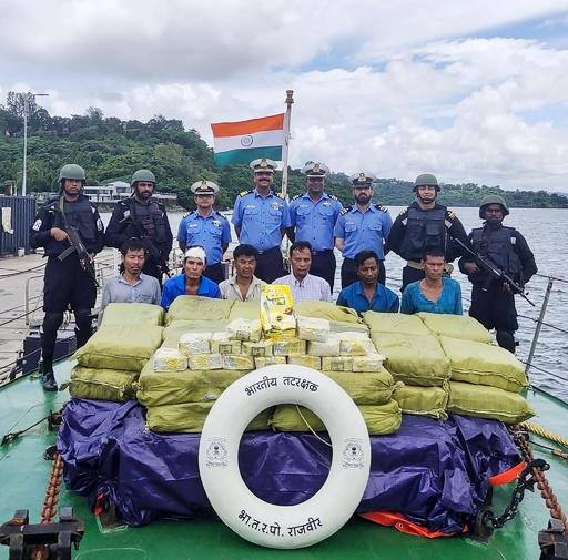 インド沿岸警備隊、不審船から麻薬1160キロ押収 ミャンマー人6人拘束