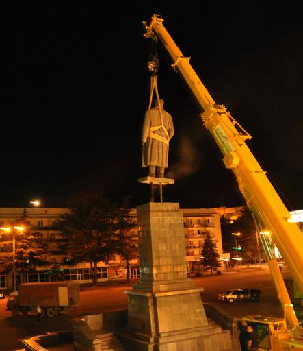 スターリン像を出身地の中央広場から撤去、グルジア