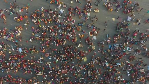 動画:ヒンズー教の祭典祝い100万人が沐浴 インド