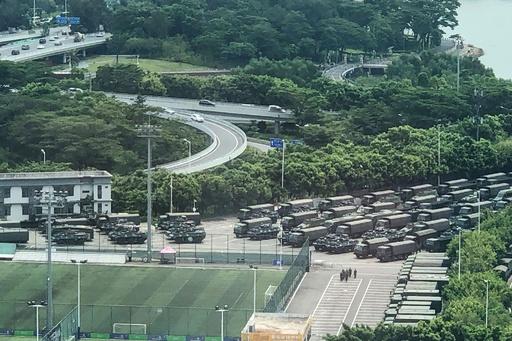 中国治安部隊、香港境界近くでパレード
