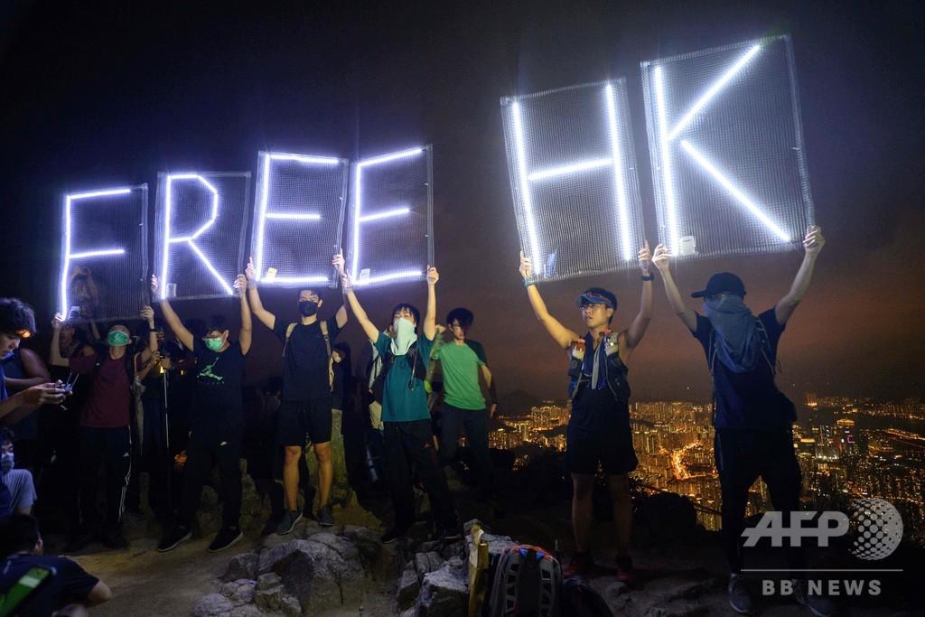 香港民主派、中秋節に合わせ獅子山照らす 抗議行動を光で演出