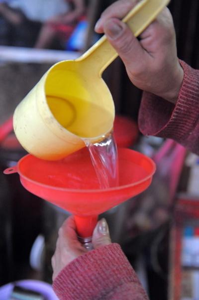 カンボジアでまた有毒酒被害か 10人死亡、50人入院