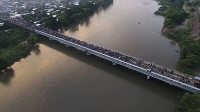 動画:米国目指して北上の移民集団、グアテマラの対メキシコ国境で止められる