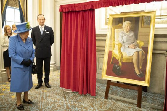 英王立空軍創設100周年、エリザベス女王の肖像画公開